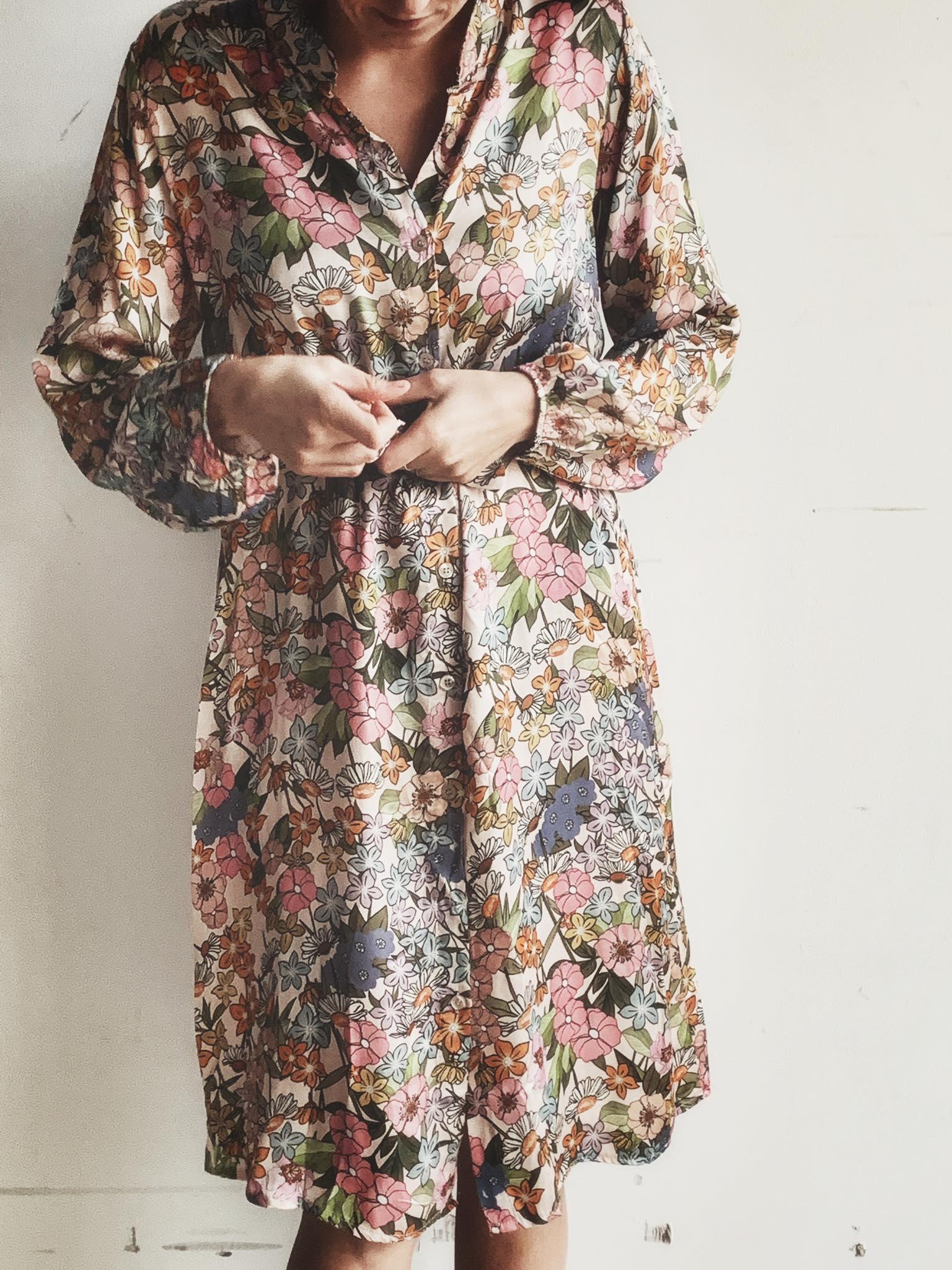 blomstret kjole av silke